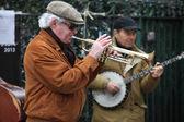 PARIS - APRIL 27: Unidentified musician play before public outdo — Stock Photo