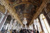 Paříž - 28 duben 2013: Hala zrcadel, plné turistů, v P — Stock fotografie