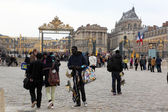 PARIS - APRIL 28: Visitors go to Versailles palace April, 28, 20 — Stock Photo