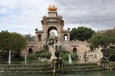 Barcelona ciudadela park jezioro fontanna z kwadrygi złoty aurora — Zdjęcie stockowe