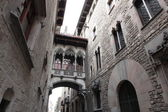 Neogothic bridge at Carrer del Bisbe (Bishop Street). Spain. Barcelona. — Stock Photo