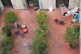 Gården med bänkar på ett tak i barcelona — Stockfoto