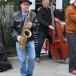 PARIS - APRIL 27: Unidentified musician play before public outdoors — Stock Photo