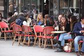 Parigi - 27 aprile: parigini e turisti di godere mangia e beve in marciapiede café a parigi, francia il 27 aprile 2013 — Foto Stock