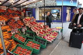 LONDON, UNITED KINGDOM - JUNE 6: Shoppers in the street market — Foto de Stock