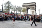 PARIS - APRIL 27:: B-boy doing some breakdance moves in front a street crowd, at Arch of Triumph — Stock Photo