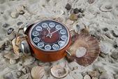 Vintage horloge in het zand met zeeschelp — Stockfoto