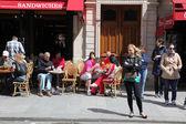 Parisians and tourist — Stock Photo