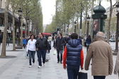 Local and tourisrs on the Avenue des Champs-ely — Stock Photo