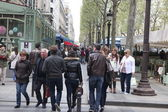 PARIS: Local and tourists on the Avenue des Champs-elysees — Stock Photo