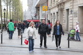 PARIS: Local and tourisrs on the Avenue des Champs-elysees — Stock Photo