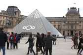 PARIS: People go to famous Louvre museum on April 27, — Stock Photo