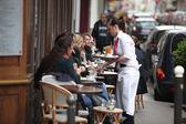 PARIS - APRIL 27 : Parisians and tourist enjoy eat and drinks — Stock Photo