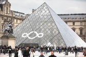 PARIS - APRIL 27: People go to famous Louvre museum — Stock Photo