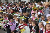 MOSCOW - SEP 1: Children with flowers in front of the School — Stock fotografie