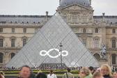 PARIS - APRIL 27: People go to famous Louvre museum — Stock Photo