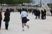 PARIS - APRIL 24: Local and Tourist in the famous Tuileries garden — Stock Photo