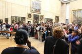 """Paryż - 3 maja: odwiedzający zrobić zdjęcie leonardo da Vinci """"mona lisa"""" — Zdjęcie stockowe"""