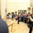 "Visitors take photo of Leonardo DaVinci's ""Mona Lisa"" — Stock Photo"