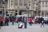 Citizen and tourist at Place de la Concorde — Zdjęcie stockowe