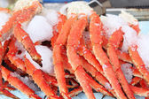 Fresh crab legs at a seafood market — Stock Photo