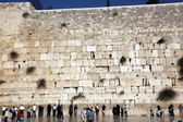 People at the Wailing Wall where Jewish worshipers pray — Stock Photo