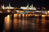 Famous and Beautiful Night View of Moskva river, Big Stone Bridge and Kremlin Palace — Foto de Stock