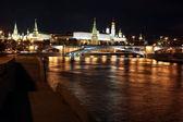 Visão noturna famosa e bonita de rio moskva, ponte de pedra grande — Foto Stock