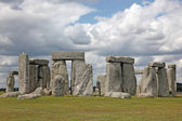 Stonehenge historic site on green grass under blue sky — Stock Photo