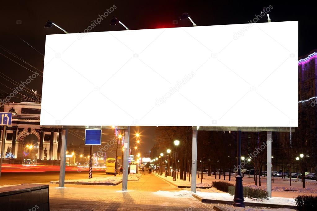 Vallas publicitarias en carretera vac as en la noche en la - Imagen de vallas ...
