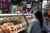 Tourists buy ice cream in Barcelona — Stock Photo