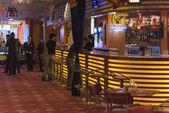 Hotel piacevole lounge bar con scaffali da bottiglia — Foto Stock