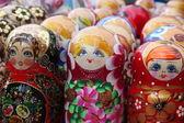 ギフト ショップでお土産をロシア matryoshkas の非常に大きな選択 — ストック写真