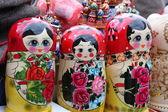 Zeer grote selectie van matryoshkas Russische souvenirs in de cadeauwinkel — Stockfoto