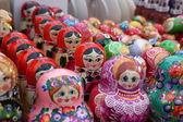 Bardzo duży wybór matryoshkas rosyjski pamiątki w sklepie z upominkami — Zdjęcie stockowe