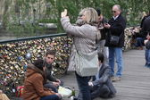 Tourists on famous Pont des Arts bridge, Paris, France — Stock Photo