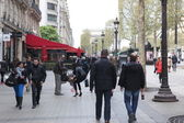 Local and tourisrs on the Avenue des Champs-elysees — Stock Photo