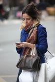 Mujer joven con un teléfono — Foto de Stock