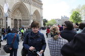 Unidentified people in front of the Notre Dame cathedral of Paris, France, — Stock Photo