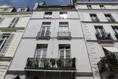 Facade of a traditional living building in Paris — Stock Photo