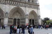 People in front of the Notre Dame cathedral — Stock Photo