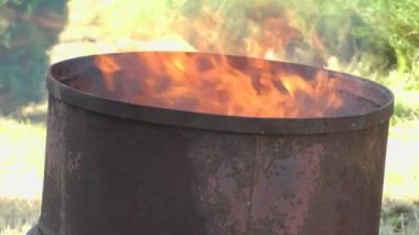 Fire in a barrel. — Stockvideo