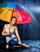 Kızı yağmur altında — Stok fotoğraf