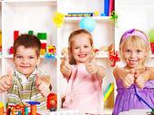Barn skära ut sax papper. — Stockfoto