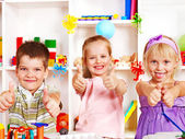 Criança cortar papel tesoura. — Foto Stock