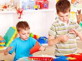 Niño cortando papel tijeras. — Foto de Stock