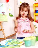 Enfant peinture à chevalet. — Photo