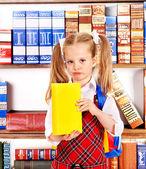 Enfant avec livre dans la bibliothèque virtuelle. — Photo