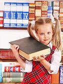 堆栈的书的孩子. — 图库照片