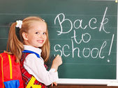 Dítě psaní na tabuli. — Stock fotografie